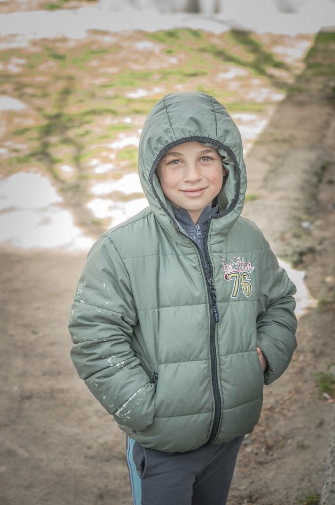 Какво ли кара едно дете да се усмихне по този начин? Снимката ме кара да настръхвам... и буца засяда в гърлото ми от кадъра, уловил тази тъжна усмивка...