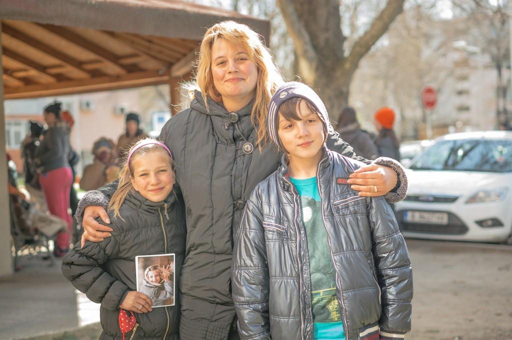 Русата дама, сърдечно и по майчински прегърнала двете дечица е Теодора, счетоводителка във фондацията. Раздава прегръдки и топлина, без да щади от ресурсите.